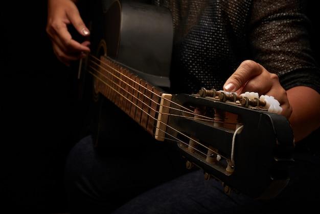 Gitarrensaiten einstellen