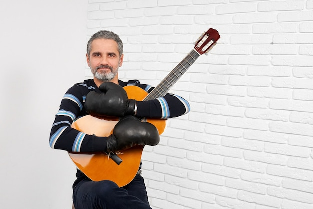 Gitarrist, der bei der boxhandschuhaufstellung trägt.