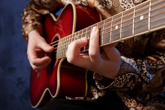 Gitarrist, der eine akustikgitarre spielt