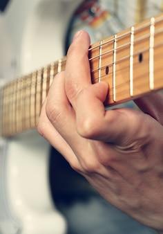 Gitarrist, der eine e-gitarre spielt