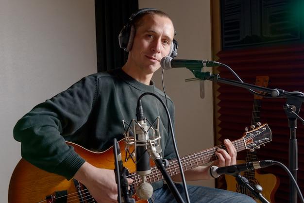 Gitarrist in einem tonstudio