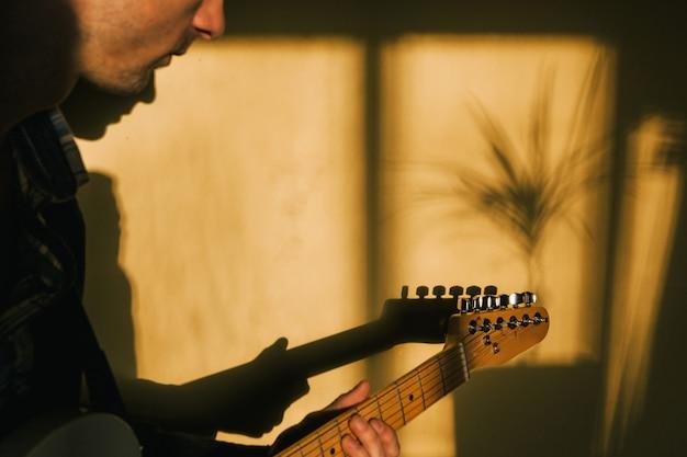 Gitarrist mit gitarre spielen zu hause