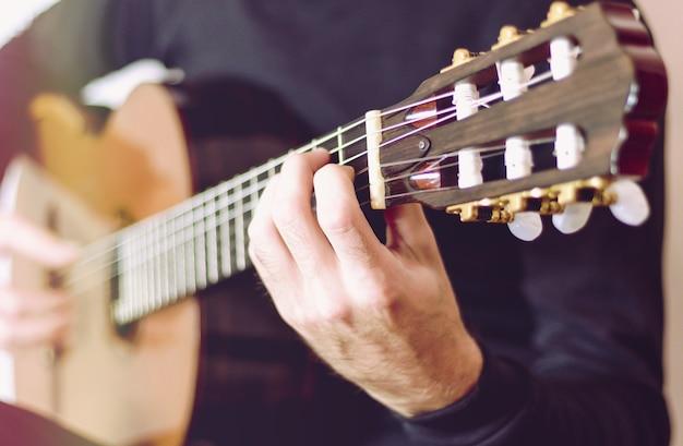 Gitarrist spielt akustikgitarre