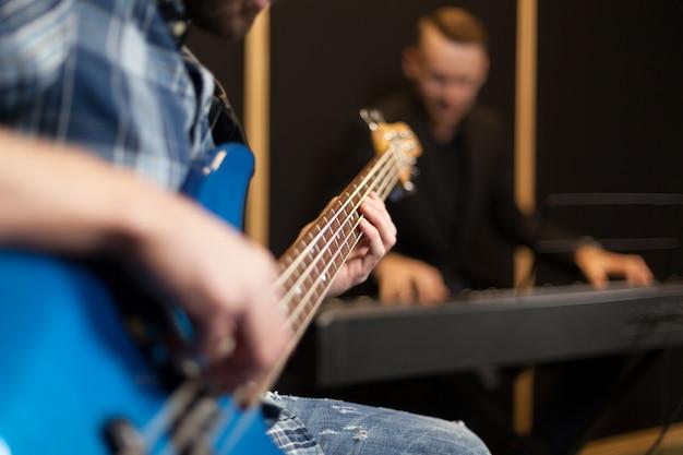 Gitarrist und verschwommenes pianst