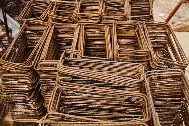Gitter aus beschlägen für den monolithischen bau von häusern. baustelle, bau von häusern