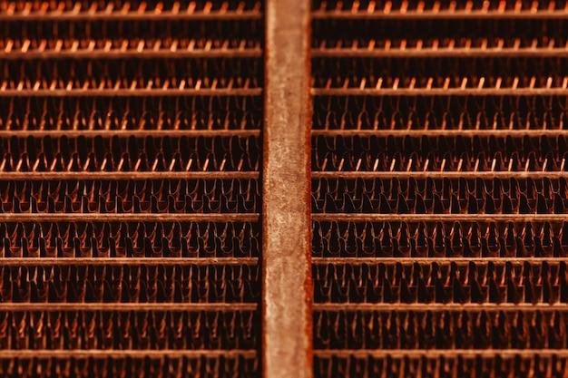 Gitterbeschaffenheit des alten rostigen heizkörpers mit kopienraum