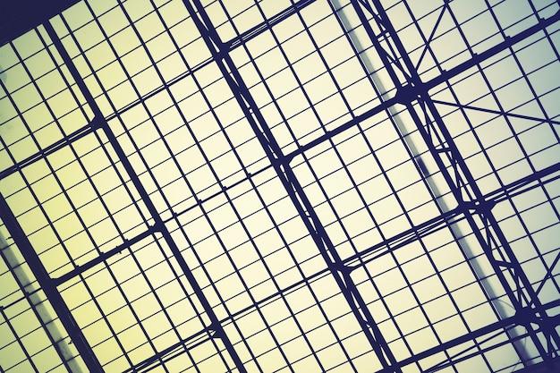 Gitterrahmen des riesigen vintge oberlichtfensters - abstrakter architektonischer hintergrund. gefiltertes bild im retro-stil