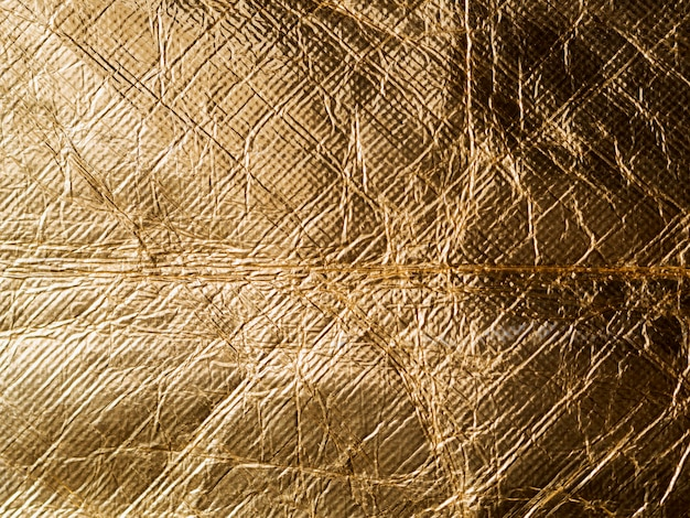 Glänzend gelbes blatt zerknitterte goldfolie