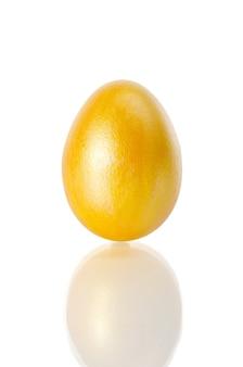 Glänzend gelbes osterei auf weiß