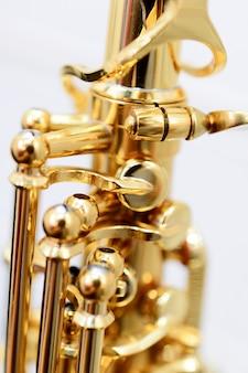 Glänzend goldenes altsaxophon mit detailansicht der tasten