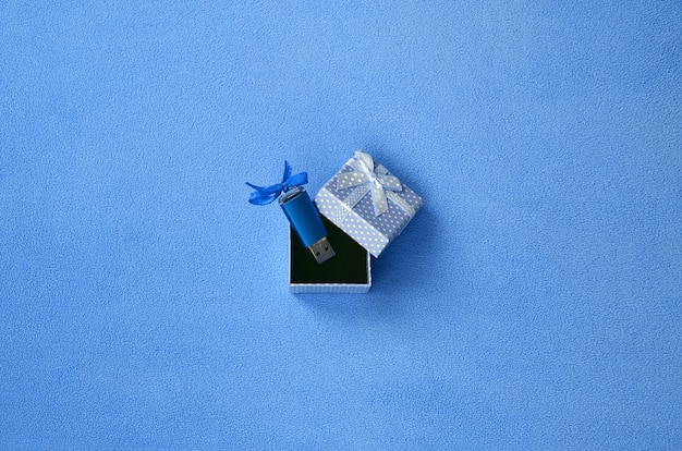Glänzende blaue usb-flash-speicherkarte mit blauem bogen
