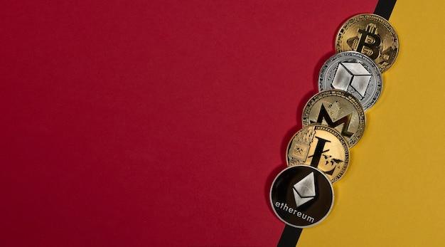 Glänzende kryptowährungsmünzen, kryptowährungsbanner auf gelbem und rotem banner mit kopienraum für text.