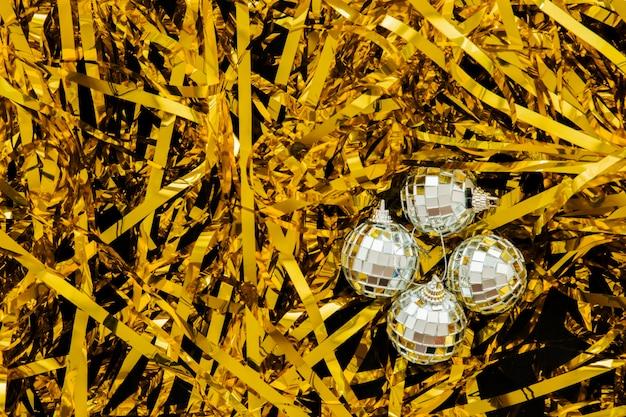 Glänzende kugeln auf gelbem lametta