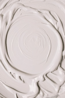 Glänzende oberfläche der weißen farbe in den anschlägen