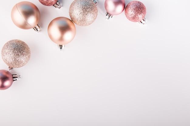 Glänzende rosa kugeln auf weiß