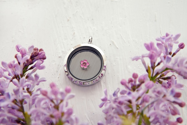Glänzende silberne halskette für dame in der nähe von lila blume edelmetallgeschenk für frau luxusschmuck