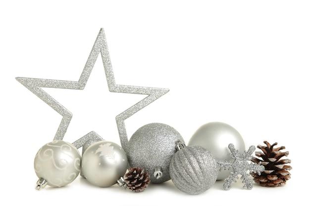 Glänzende silberne kugeln mit der weihnachtsdekoration lokalisiert auf weißem hintergrund. ansicht von oben