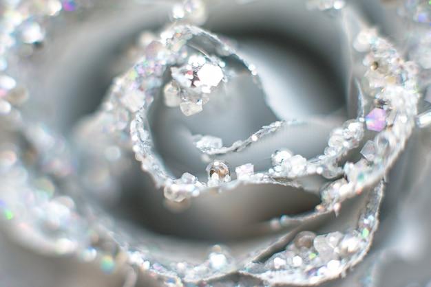 Glänzende silberne rose mit perlen und edelsteinen und strasssteinen. selektiver fokus, bokeh