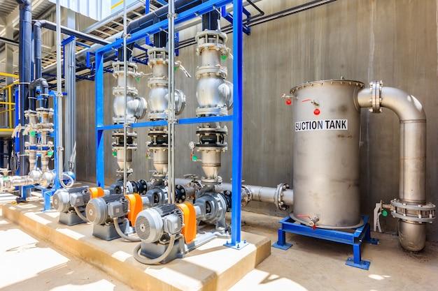 Glänzende stahlmetallrohre und blaue pumpen und ventile für wasserbehandlungssystem