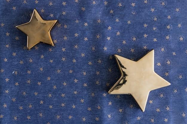 Glänzende sterne auf blauem tisch