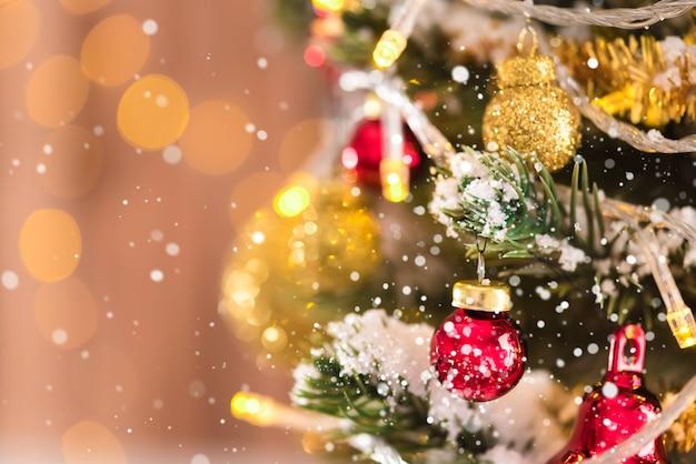 Glänzende und funkelnde dekorative ornamente am weihnachtsbaum