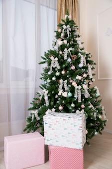 Glänzende weihnachtskugeln hängen an tannenzweigen