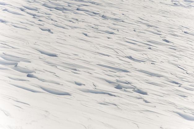 Glänzende weiße schneedecke im berg