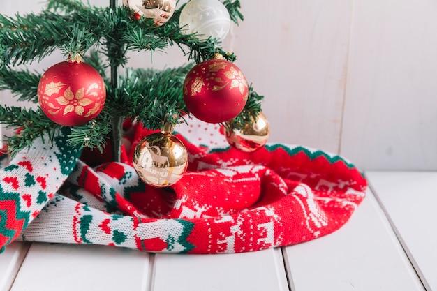 Glänzender flitter auf weihnachtsbaum