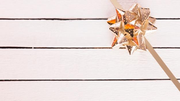 Glänzender geschenkbogen mit band