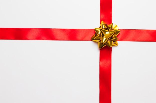 Glänzender geschenkbogen mit seidenband