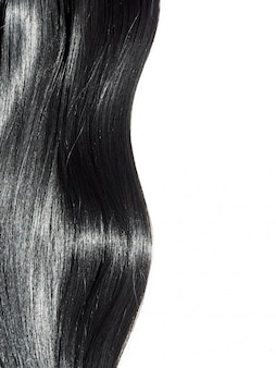 Glänzender hintergrund des geraden schwarzen haares. schönes glattes brünettes haar