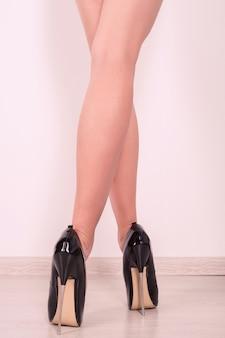 Glänzender lackleder stiletto high heel