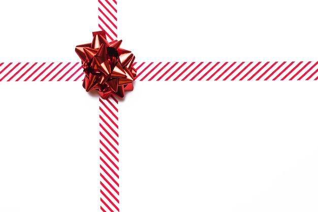 Glänzender roter geschenkbogen mit band