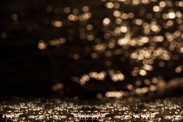 Glänzendes defocused bokeh beleuchtet auf braunem hintergrund