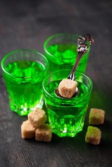 Gläser absinth mit braunem zucker