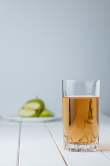 Gläser apfelsaft und frischer grüner apfel