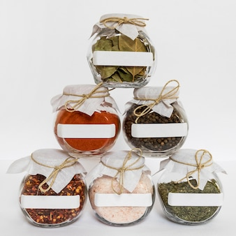 Gläser arrangement mit gewürzen und kräutern