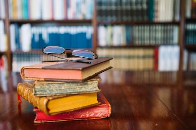 Gläser auf alten büchern in der bibliothek