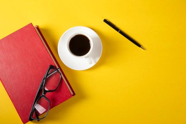 Gläser auf buch mit tasse kaffee