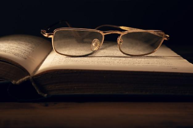 Gläser auf dem buch auf dem tisch