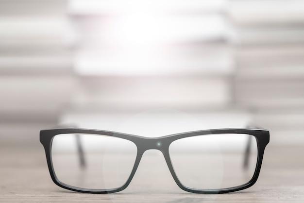 Gläser auf dem hintergrund der bücher
