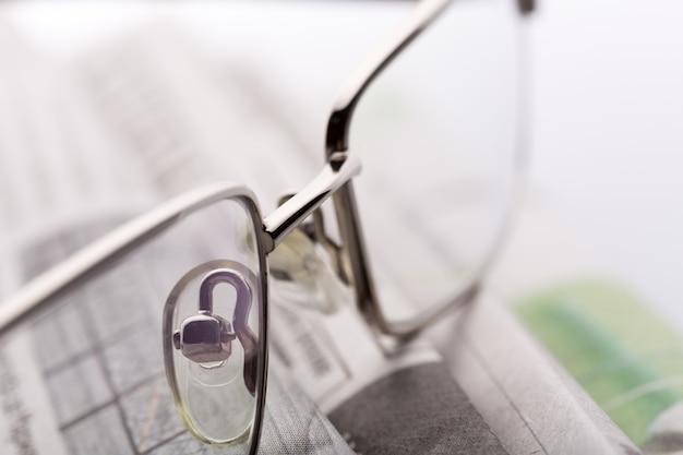 Gläser auf der nahaufnahmeansicht der zeitungen