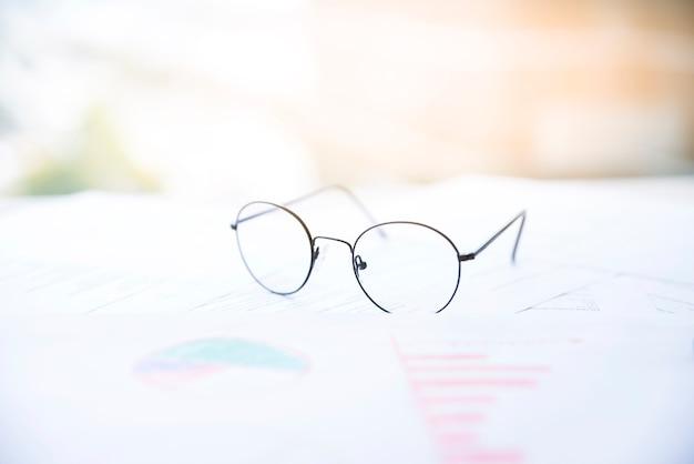 Gläser auf einem bürodesktop