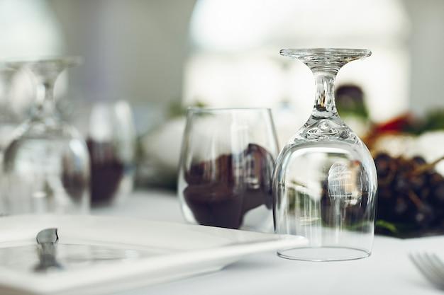 Gläser auf einem tisch