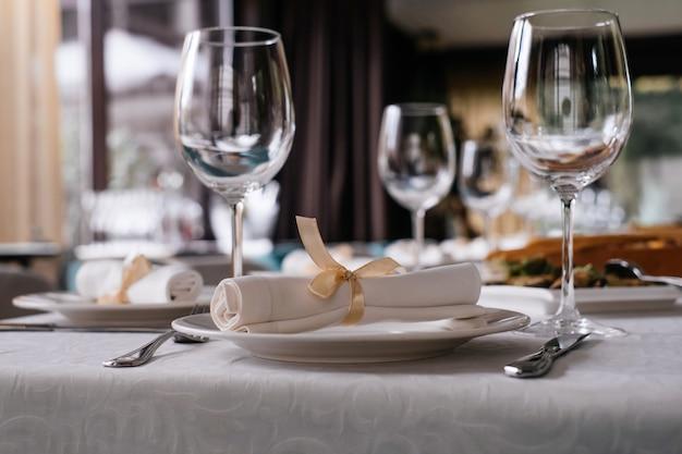 Gläser auf restauranttisch voller essen am fenster