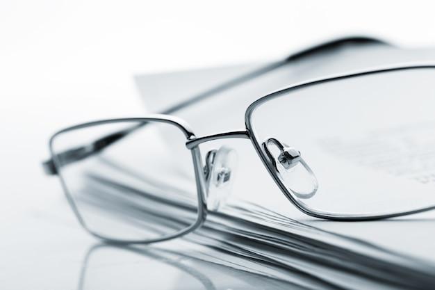Gläser auf zeitung. getöntes bild