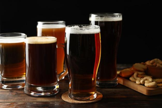Gläser bier und snacks auf holztisch