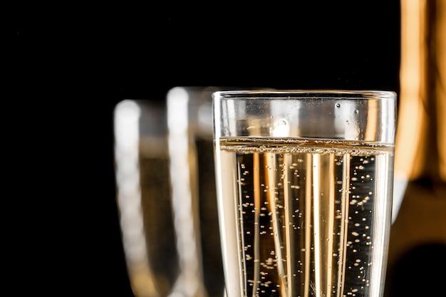 Gläser champagner mit der flasche