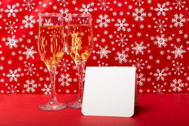 Gläser champagner und weihnachtsdekorationen