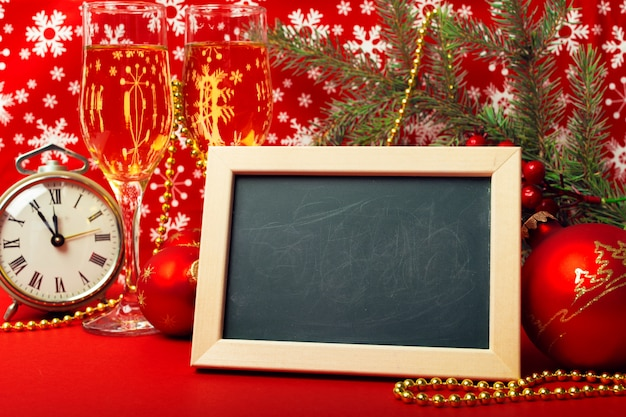 Gläser champagner und weihnachtsschmuck